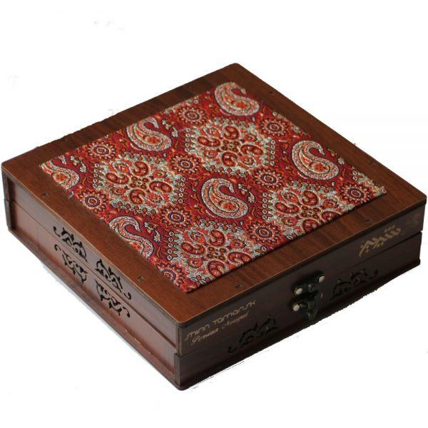 جعبه چوبی با ترمه قرمز رنگ حاوی گز پسته ای